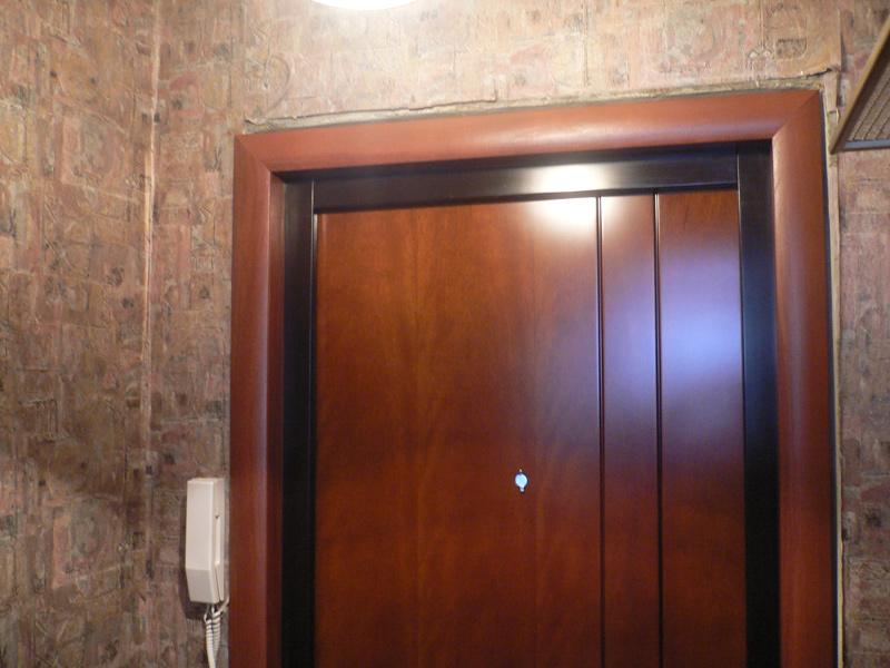 установка входной металлической двери и отделка